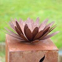 Fleur de chrysanthème en métal rouillé