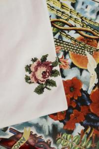 T-shirt brodé blanc en coton bio - rose - Johnny Romance