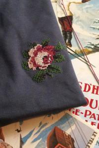 T-shirt brodé gris encre en coton bio - rose