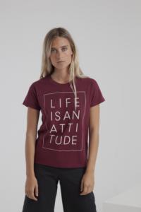 T-shirt bordeaux en coton bio - life is an attitude